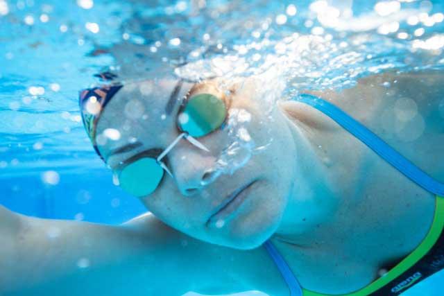 度付きゴーグルをつけた水泳選手