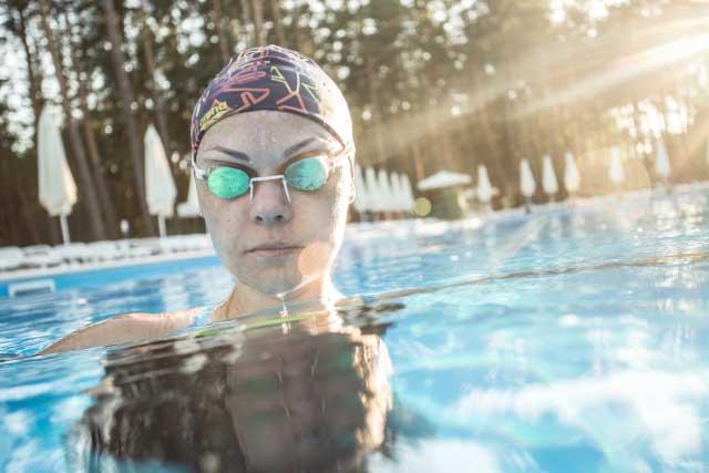 ゴーグルをつけた水泳選手