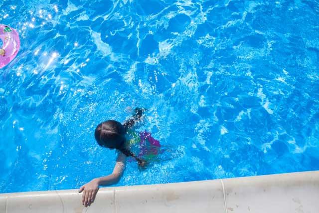 プールで足がつる子供