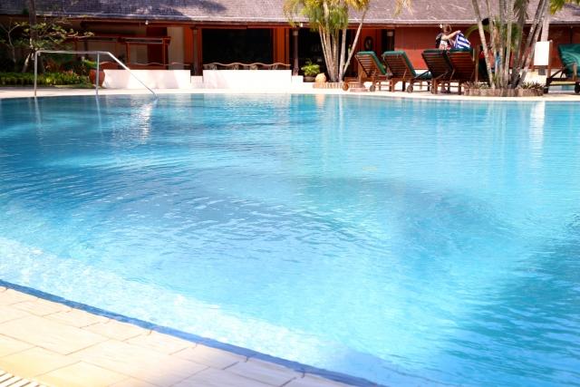 プール水面