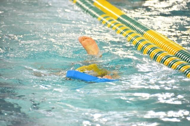 ビート版で泳ぐ子供