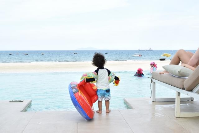 海にはじめてはいる子供