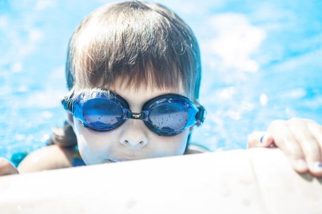 水に慣れる練習をする子供