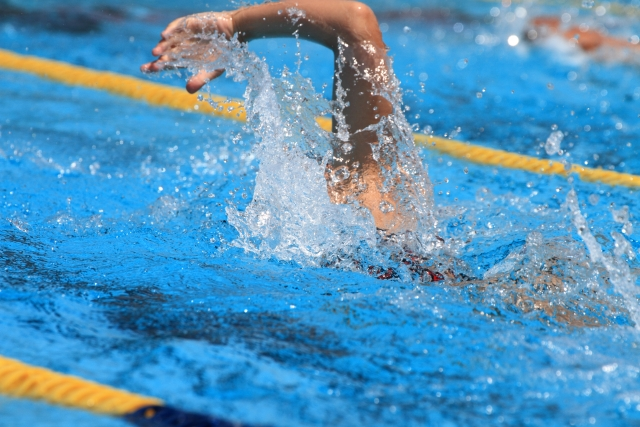 クロールで泳ぐ練習