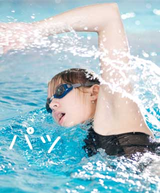 パッと息を吸う水泳選手