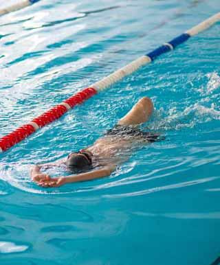 背泳ぎの背面キックドリル練習