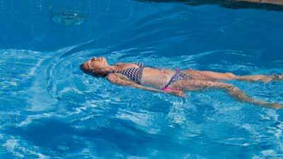 背泳ぎの体側キックドリル練習